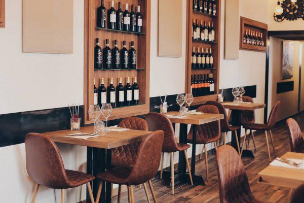 parete del locale con vini e tavoli officina del riso